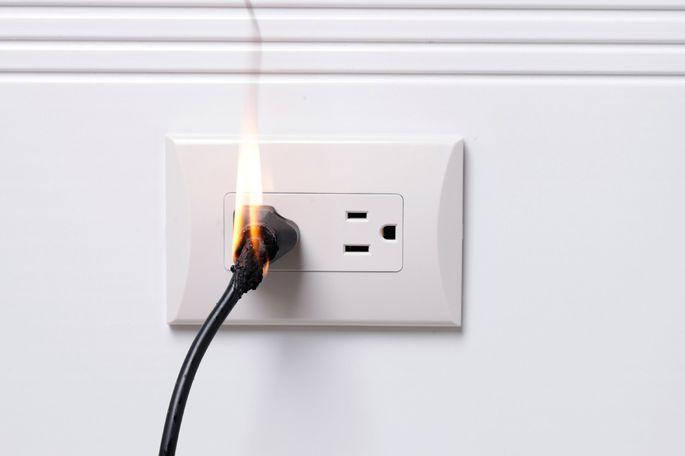 Toma de corriente en llamas